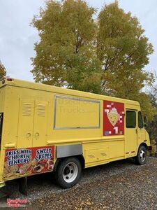 2003 - 24' Chevrolet P30 Crepes Food Truck / Ready to Work Mobile Kitchen.